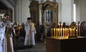 Что значит панихида по усопшему в церкви: когда ее заказывать