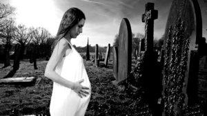 Беременная женщина на кладбище фото