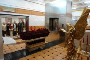 Прощание с усопшим в крематории, фото