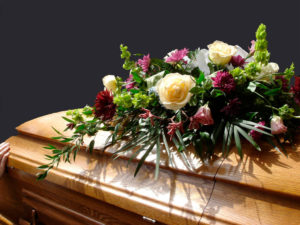 Цветы на крышке гроба фото