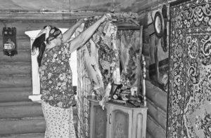 Женщина завешивает зеркало фото