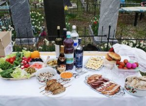 Завтрак на кладбище у могилки фото