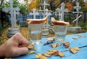 Стаканы с водкой на могиле фото
