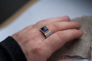 Кольцо на пальце фото