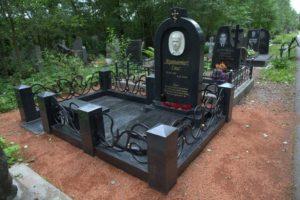 Мемориал из черного гранита с металлическими вставками фото