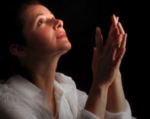 Женщина молится фото