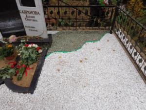 Мраморная крошка на могиле фото