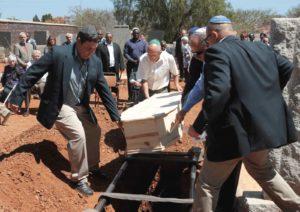 Опускание гроба в землю фото
