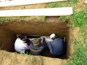 Опускание тела в могилу фото