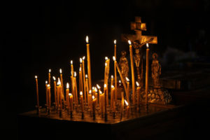 Панихида в церкви, свечи, фото