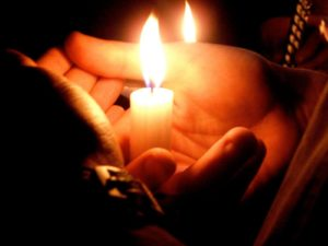 Свеча в руке фото
