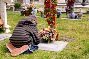Ребенок на кладбище фото