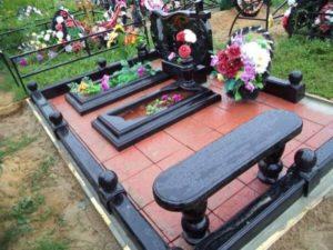 Семейная могила с цветником из гранита фото