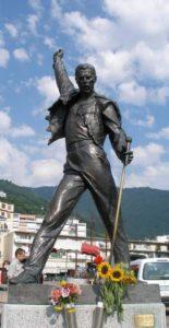 Скульптура Фредди Меркьюри в полный рост фото