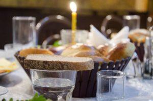 Стакан с водой и хлеб с солью фото