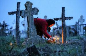 Визит на кладбище в вечернее время фото