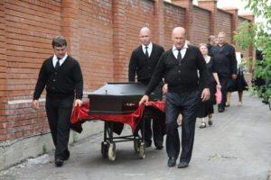 Вынос гроба усопшего похоронной бригадой фото