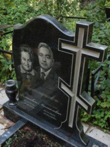 Вырезанный в памятнике крест фото