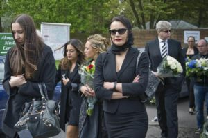 Женщина на похоронах фото