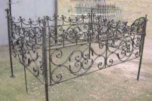 Пример высокой ограды из металла фото