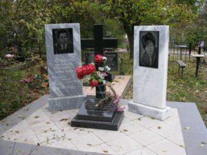 Памятники из мрамора с черной гранитной вставкой фото