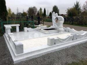 Монумент из мрамора фото