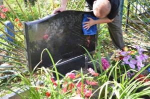 Очистка мемориальной плиты от грязи фото