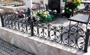 Окрашенная черной краской ограда фото