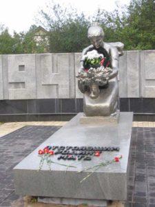 Памятник Скорбящая мать, г. Химки фото