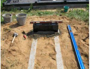 Подготовка места для возведения надгробной плиты фото