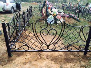 Покрашенная ограда на кладбище фото