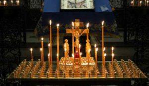 Зажженные свечи на столе в церкви фото