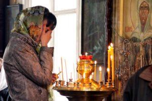 Плачущая женщина в церкви фото