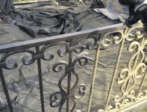 Процесс очистки ограды от краски фото