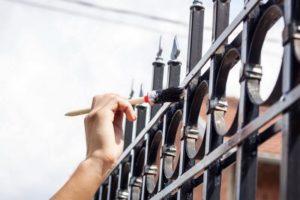Процесс покраски ограды фото