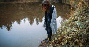 Женщина у озера фото