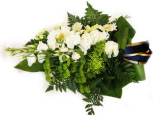 Букет из белых ромашек и зеленых герберов с черной лентой фото