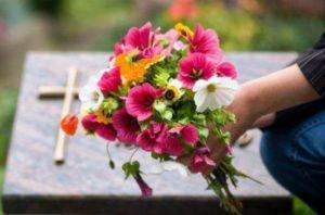 Цветы на могилу фото
