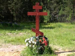 Деревянный крест на могиле фото