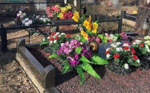 Искусственные цветы на могиле фото