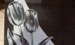 Изображение тюльпанов на памятнике фото