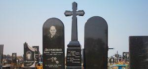 Католический крест из черного гранита с памятниками фото