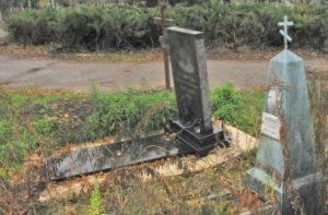 Покошенная надгробная плита фото