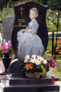 Надгробная плита с изображением девочки во весь рост фото