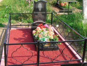 Могила с искусственными цветами фото