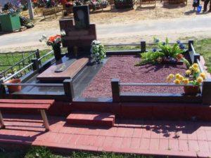 Захоронение, огороженное оградкой, с надгробной плитой фото