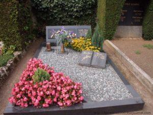 Щебень и цветы на могиле фото