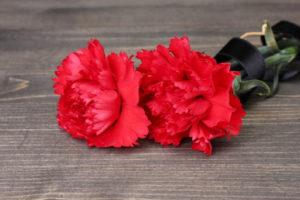 Цветы с траурной лентой фото