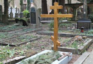 Крест на могиле в ногах фото