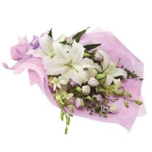Композиция из белых лилий в фиолетовой упаковке фото